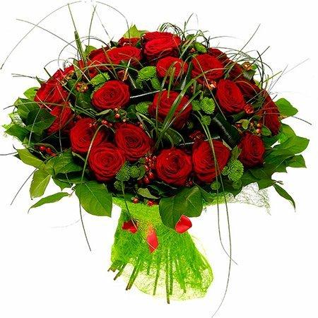 Букет из красных роз, зелёных хризантем и красного гиперикума