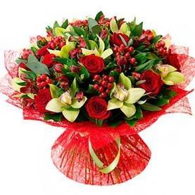 Букет из красных роз, альстромерий, зелёных орхидей и гиперикума