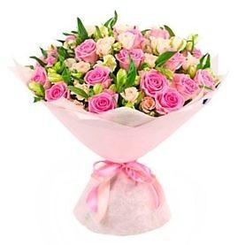Букет из розовых и роз и белых альстромерий