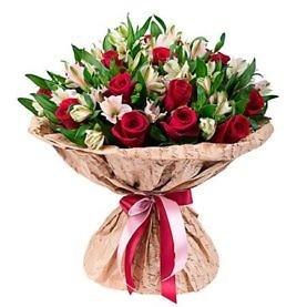 Букет из красных роз и белых альстромерий