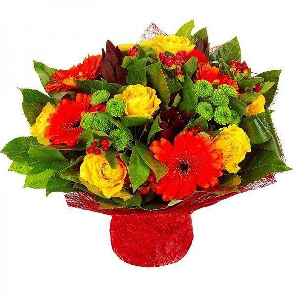 """Букет """"Жизнь прекрасна"""" из жёлтых роз, хризантем, красного гиперикума и герберы"""