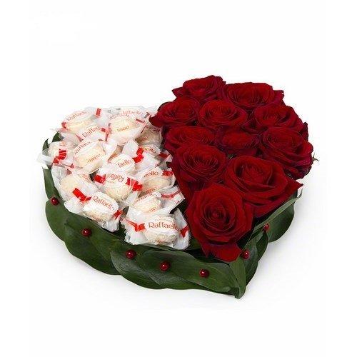 """Сердце из красных роз и конфет """"Рафаэлло"""""""
