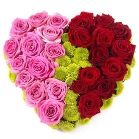 Сердце из красных и розовых роз, зелёных хризантем