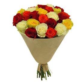 разноцветные розы в бумаге крафт