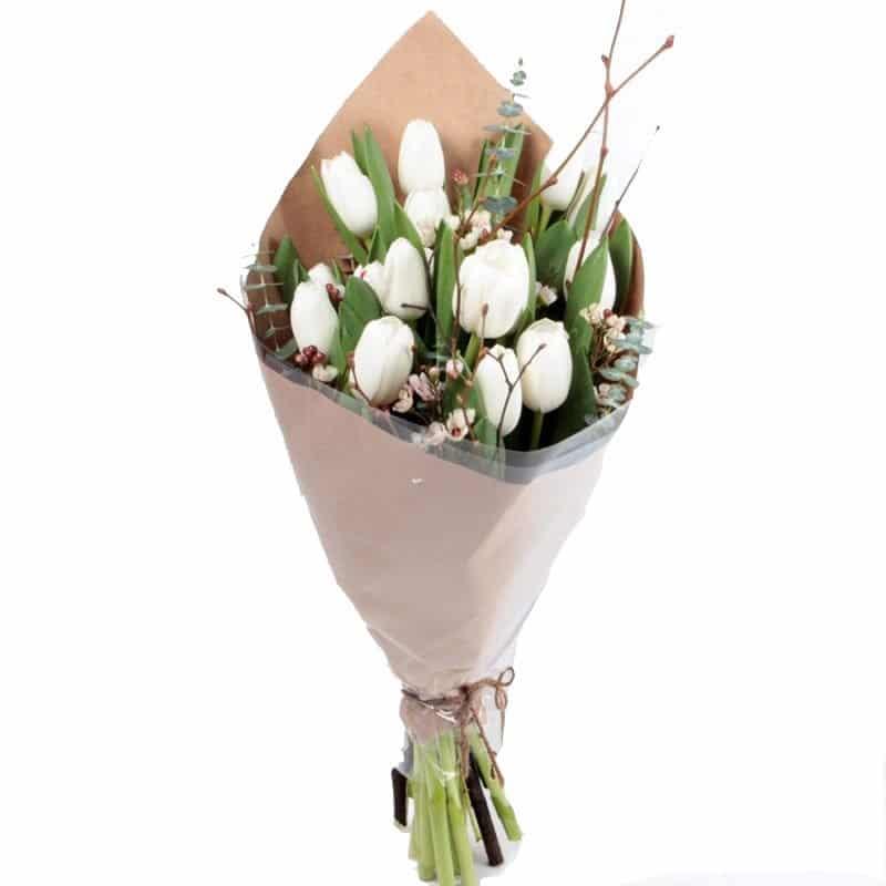 белые тюльпаны с зеленью